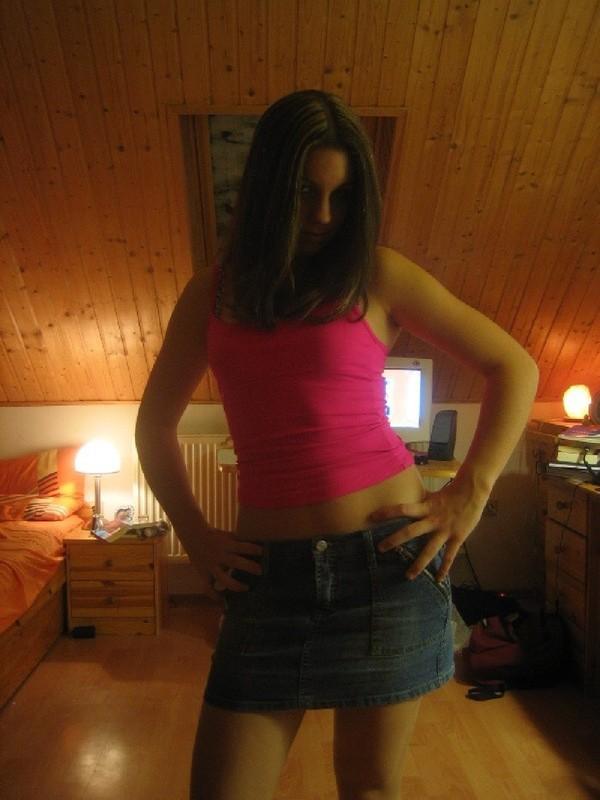 Смазливая подруга намеревается снять трусы стоя в комнате