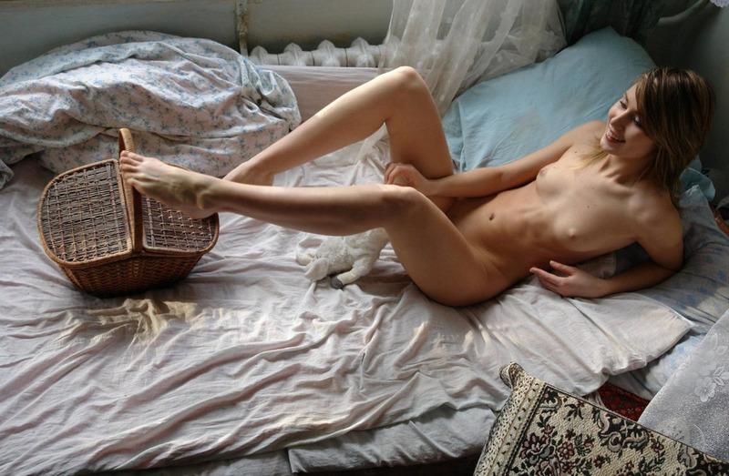 Голая Алиса Красится Перед Тем Как Лечь Спать