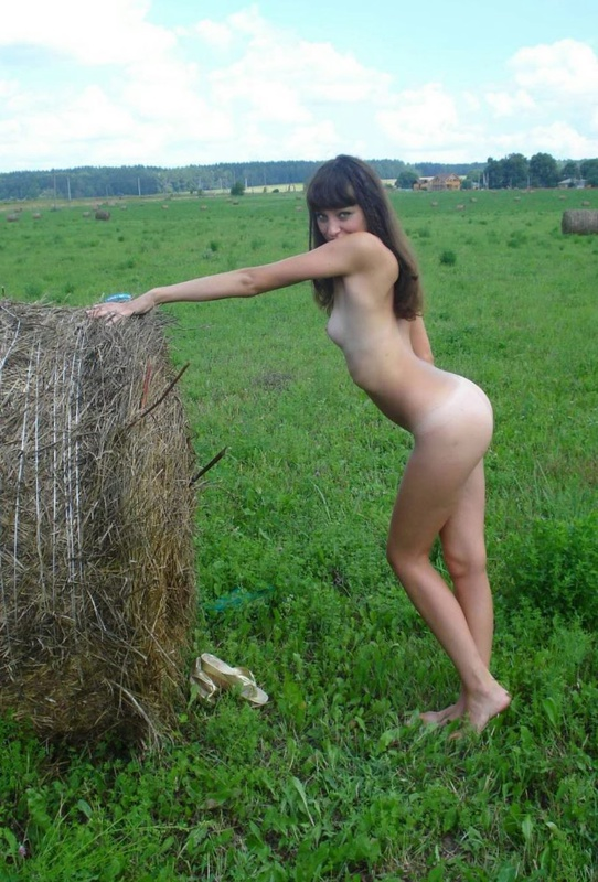 Деревенская развратница вышла голая на прогулку