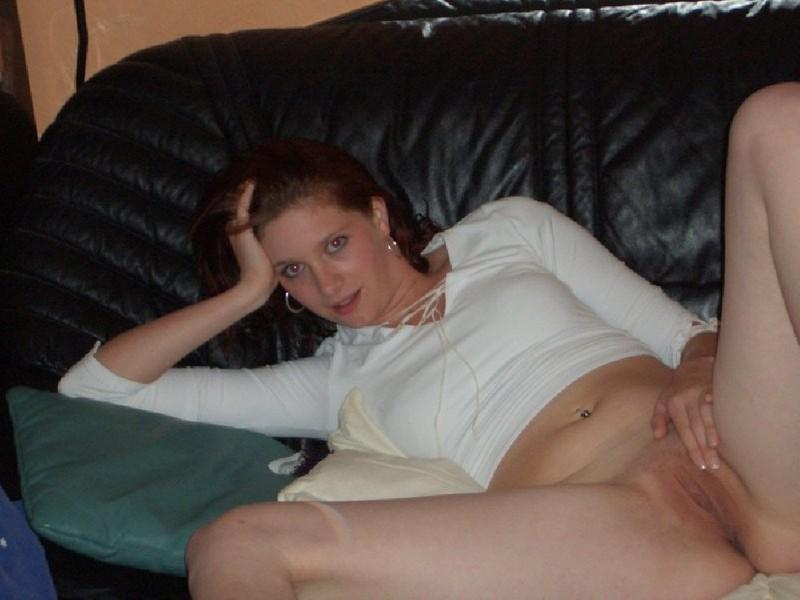 Людмила ласкается лежа на козетке