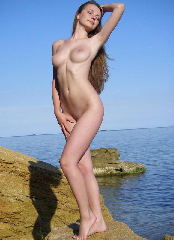 Длинноволосая Марина обнажает свои сокровища задирая юбочке