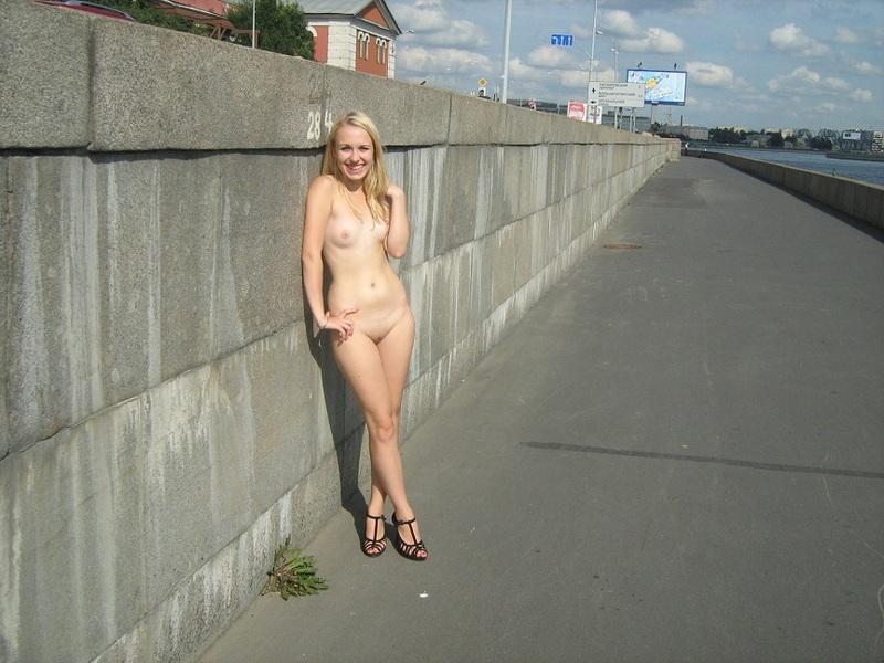 Блядь Лена прошлась с набережной на стройку и выставила на всеобщее обозрение киску секс фото