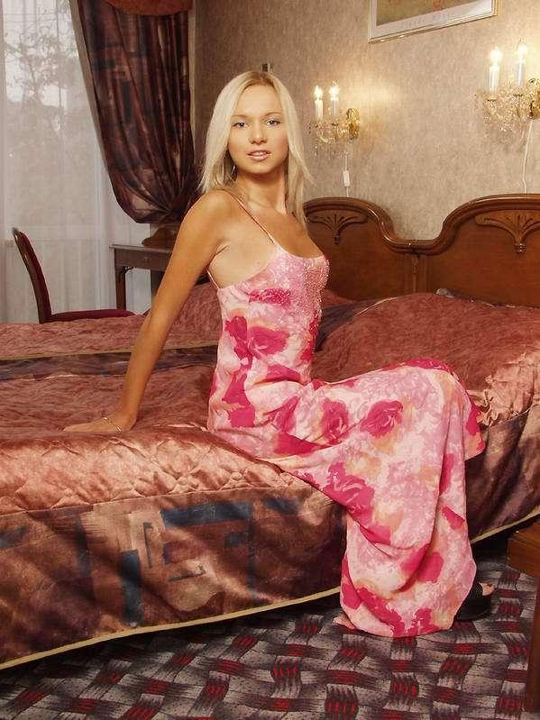 Шикарная блондинка расставила ноги сидя на журнальном столике