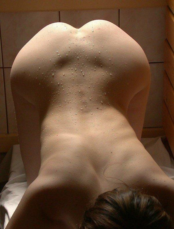 Мокрая проститутка сохнет в предбаннике после бани