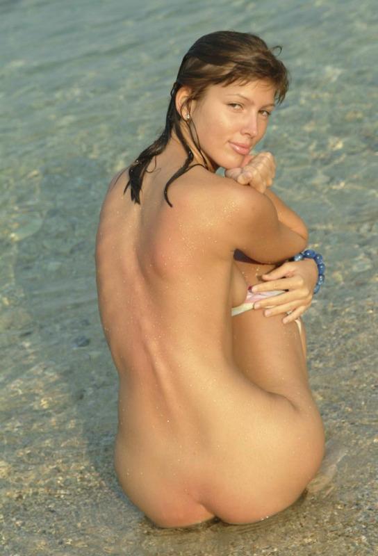 Молоденькая сучка намочила свое голое тело в морской воде