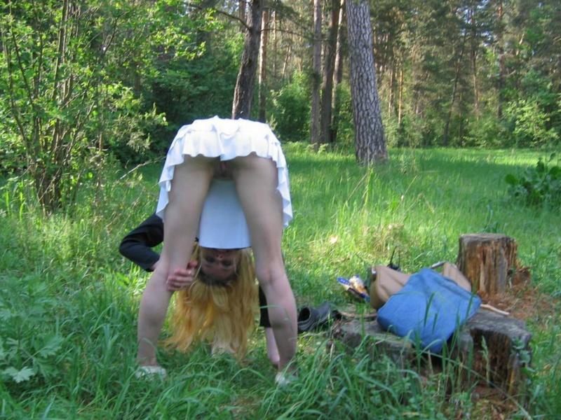 Булочки выглядывают из под юбки белобрысой давалки