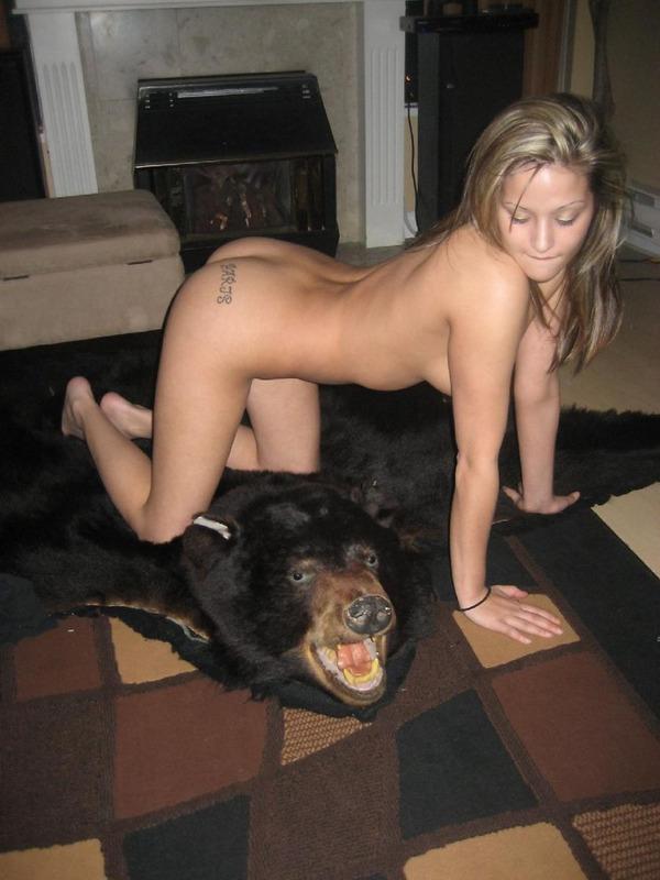 Голая барышня фоткается на шкуре медведя смотреть эротику