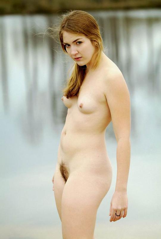 Клара разделась на зимней природе