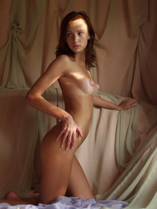 Эротичная красотка валяется голышом среди множества штор смотреть эротику