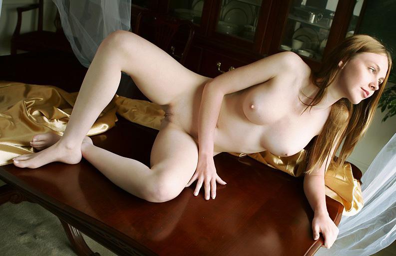 Мисс легла на стол без бикини и бюстгальтера секс фото