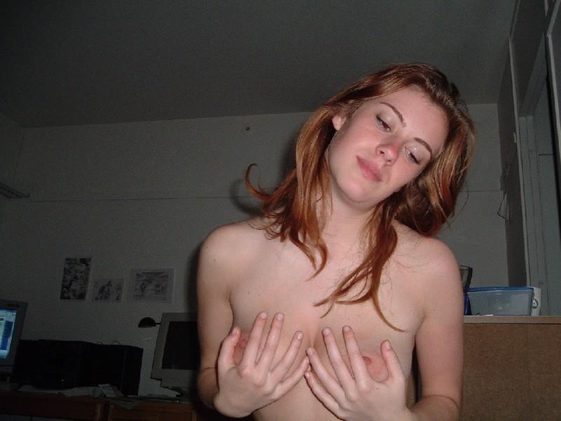 Рыжая девка обнажилась дома