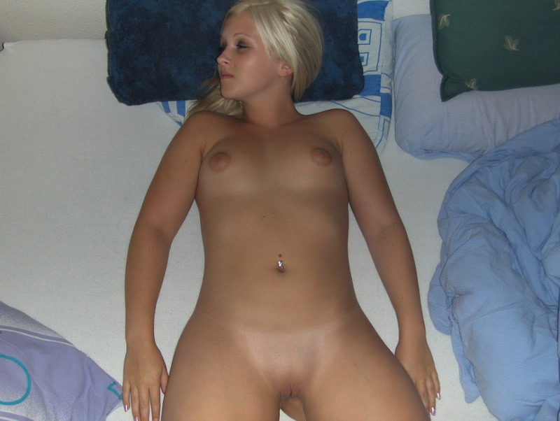 Молодая блондинка продемонстрировала торчащие сосочки на даче смотреть эротику
