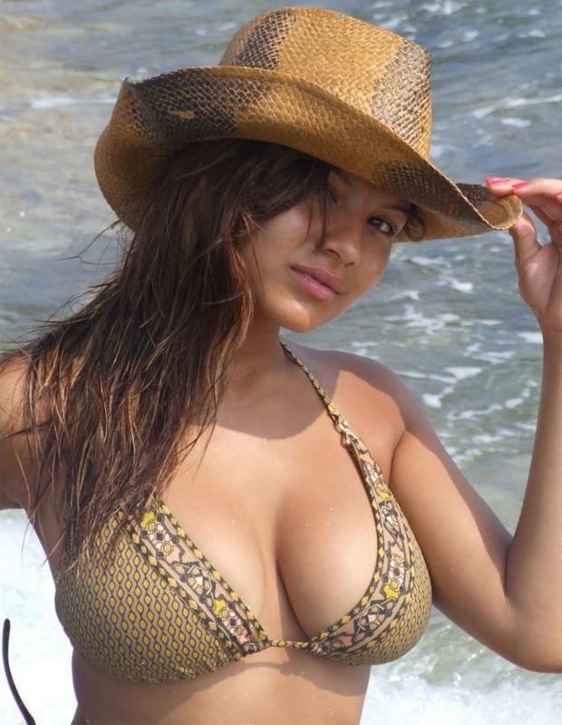 Юная принцесса бахвалится большими титьками на берегу моря Анапы секс фото
