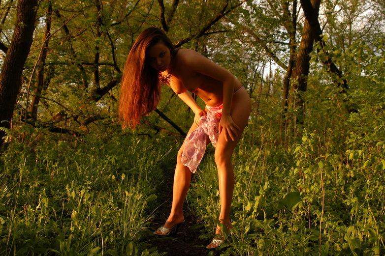 Жгучая фрау спускает бикини в лучах заходящего солнца