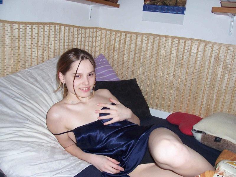 Раздетая Оля разлеглась на козетке секс фото