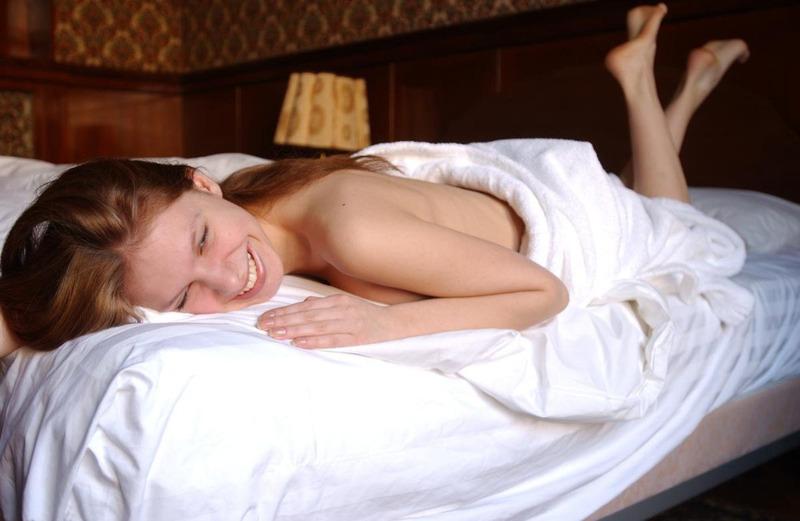 Отличница сбросила светлый халат и легла на кровать