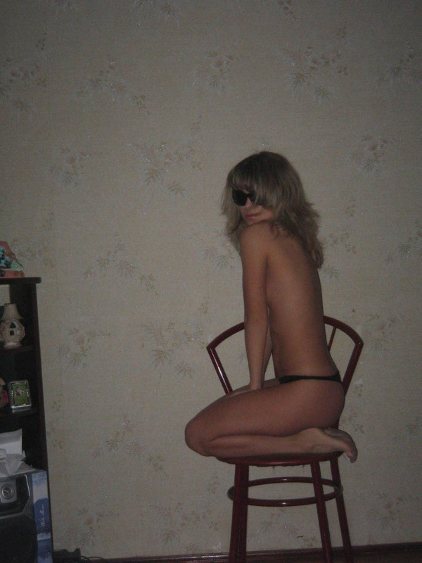 Молоденькая деваха с радостью красуется в своей квартире без одежды