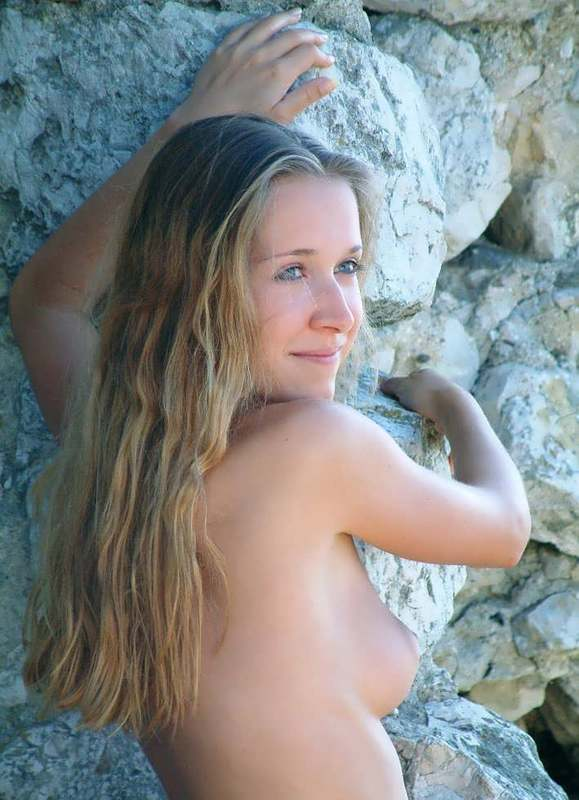Длинноволосая деваха гуляет без трусиков во время отпуска секс фото