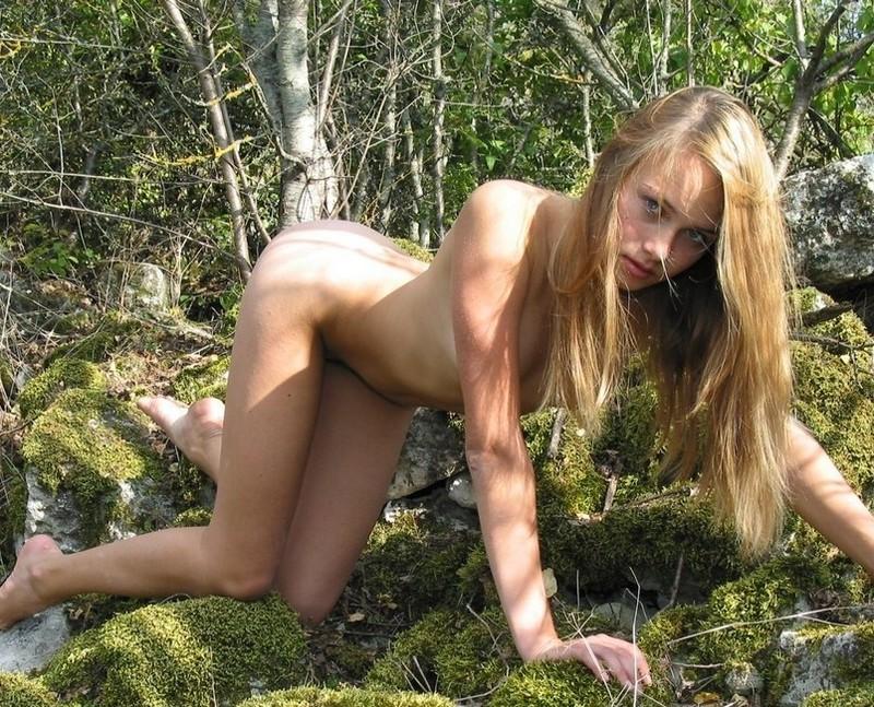 Молодая фея без трусиков снимается на открытом воздухе