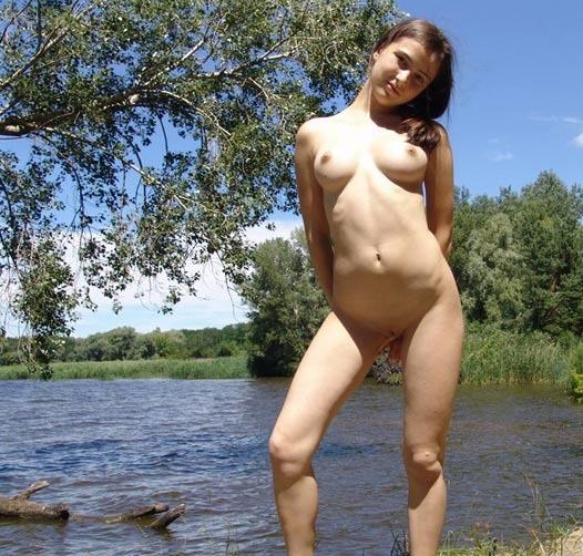 Восемнадцатилетняя тёлка полностью разделась около озера