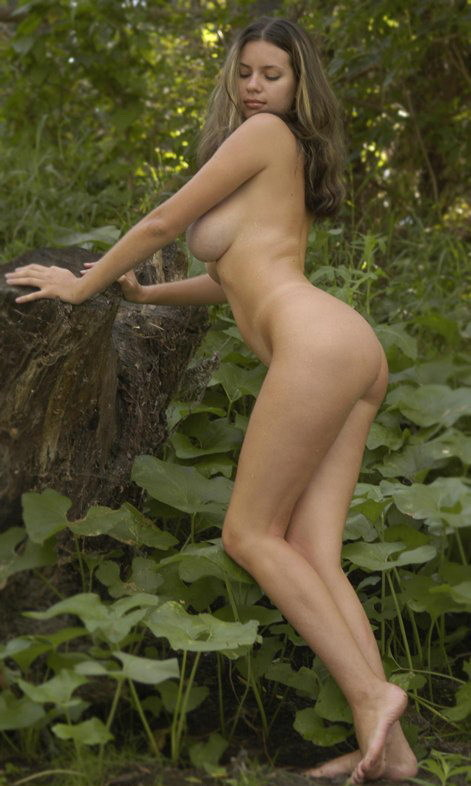 Тёлка около растений хвастается огромными буферами