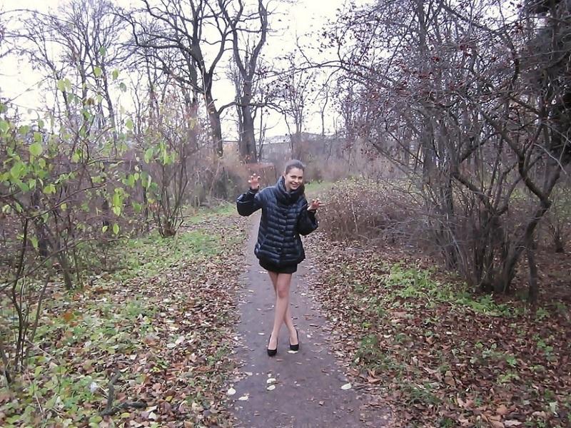 Кристина стоит без одежды в осеннем саду