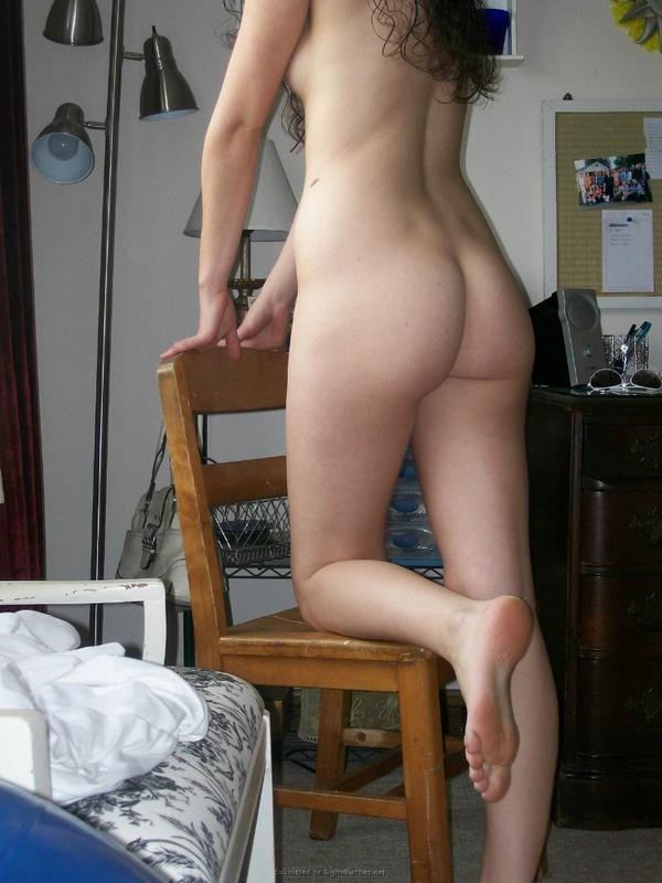 Красивая молодуха любит позирвоать в спальне