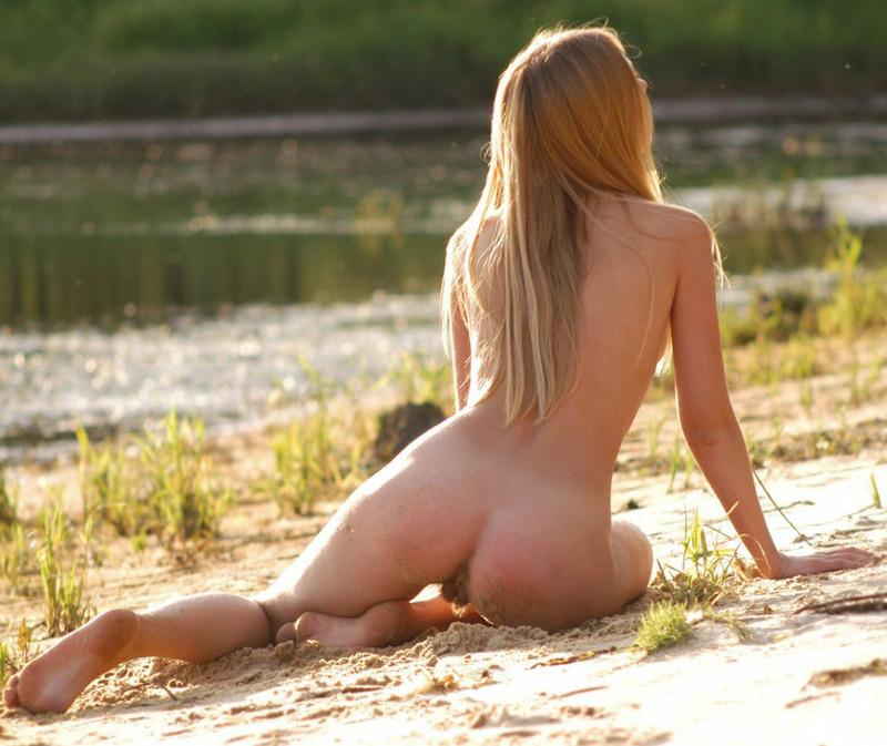 19-летняя милашка дурачится на озере в обнаженном виде