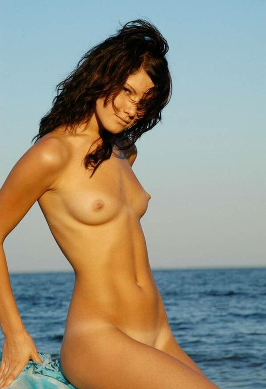 Подтянутая красавица блистает отличные прелести возле моря