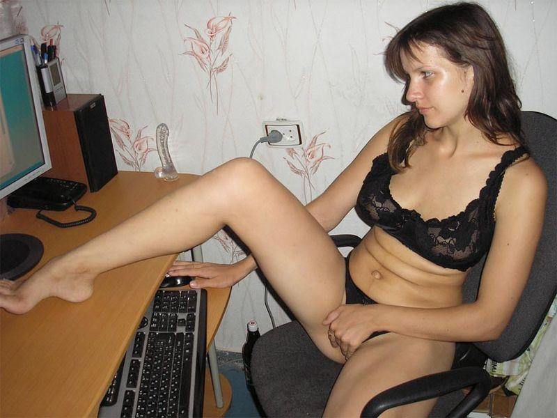 Бикса мастурбирует у компьютера дилдо