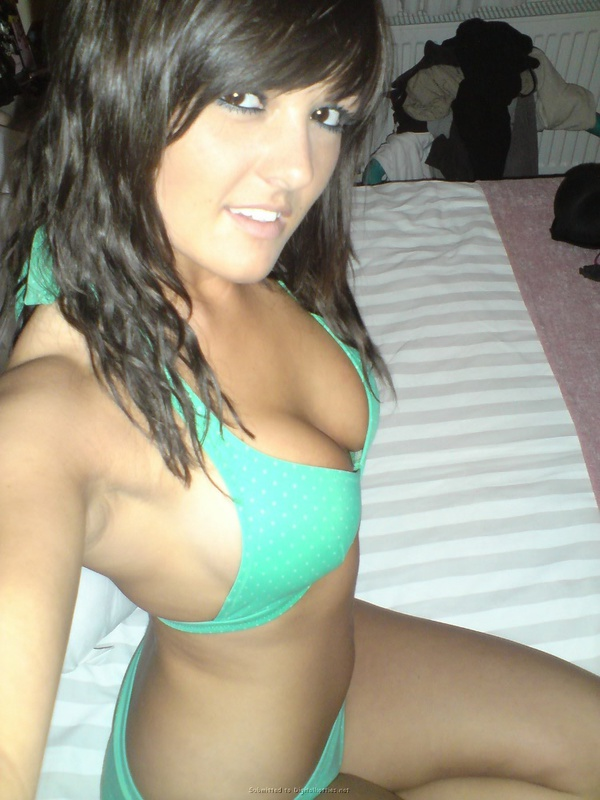 Страстная юная студентка снимает себя в белье в спальне