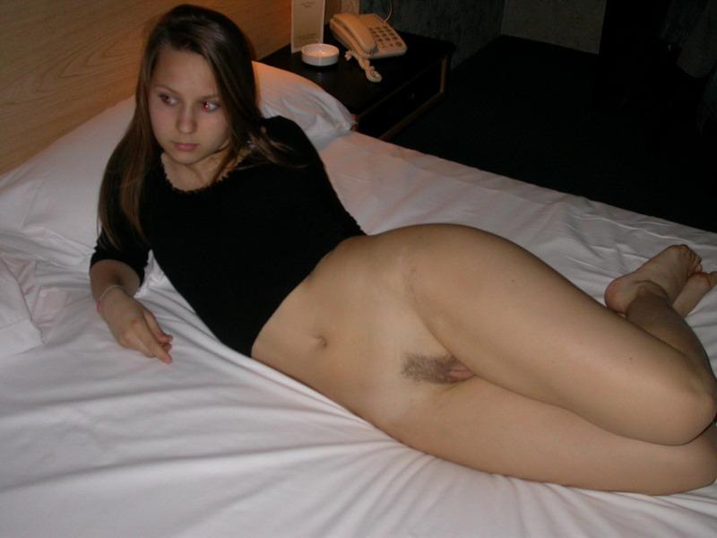 20-летняя фифочка расставила ноги в апартаментах