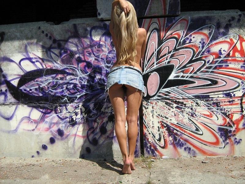 Обнаженная потаскушка украшает собой городские пейзажи