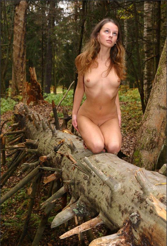 Нагая фея украшает наготой осенний лес
