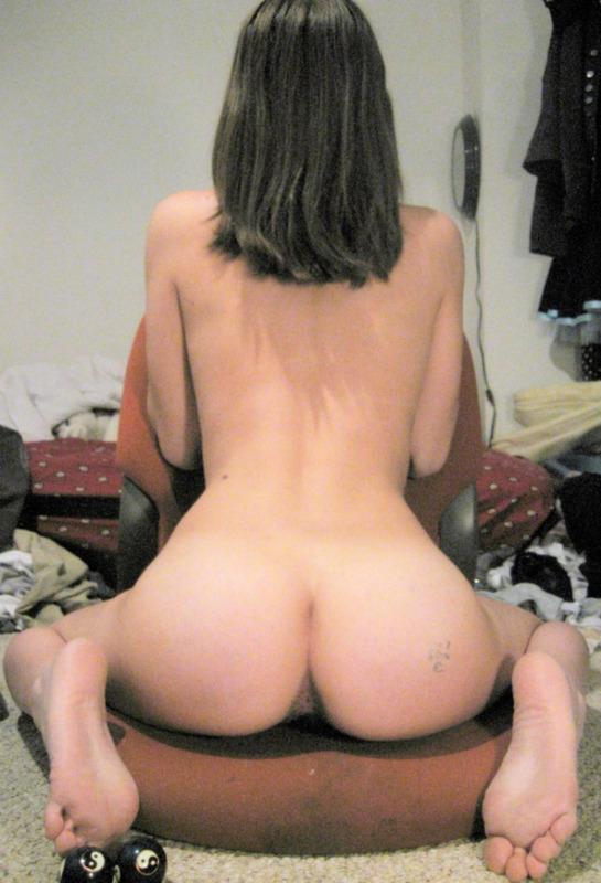 София проводит время сидя на полу раздетой