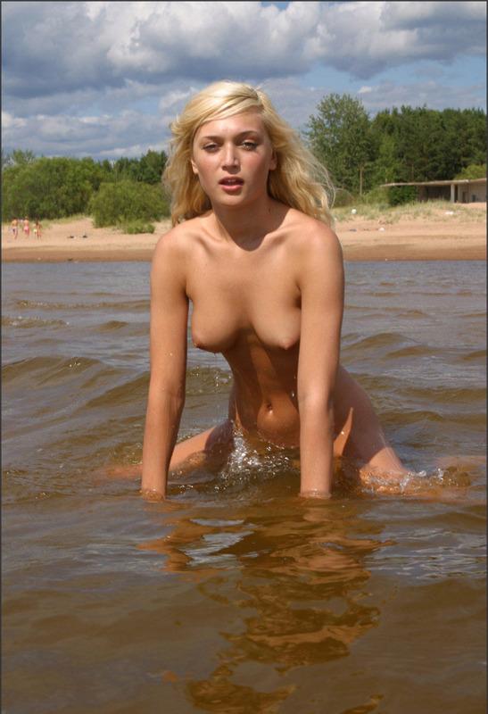 Знойная златовласка нагишом пришла на водоем