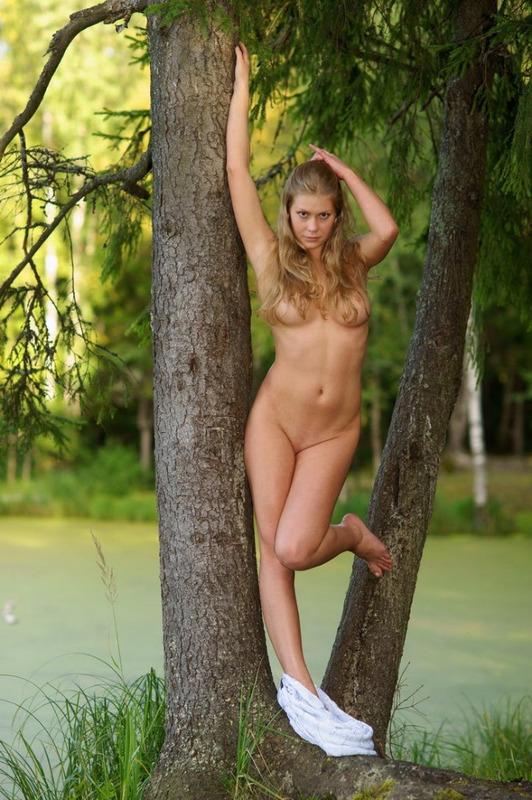 Огненная Виктория разделась возле хвойного дерева