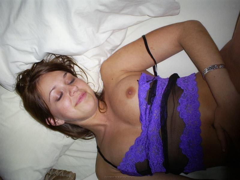 Молодая подружка заигрывает в кровати с сожителем