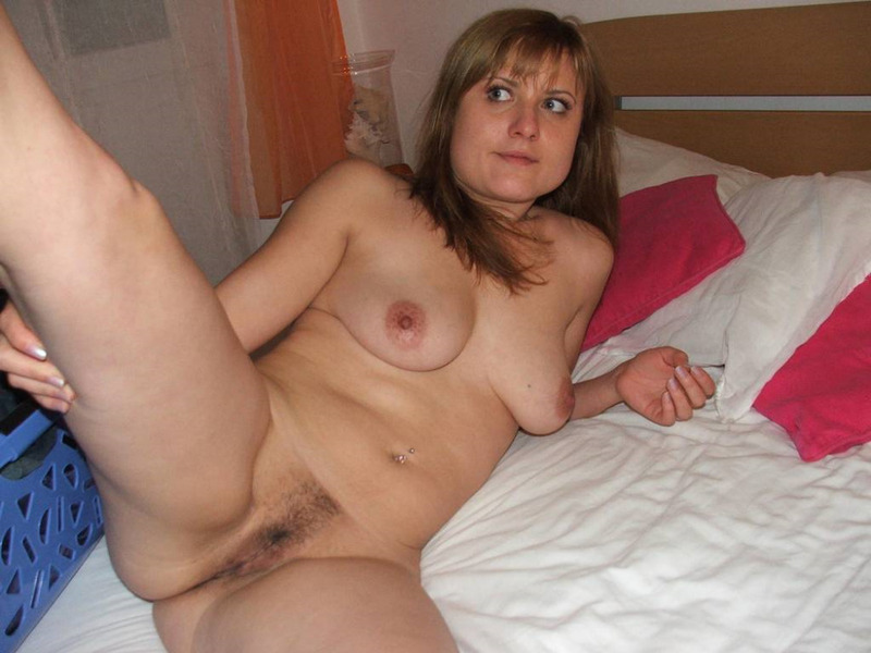 Голая Ирина улеглась на кровать
