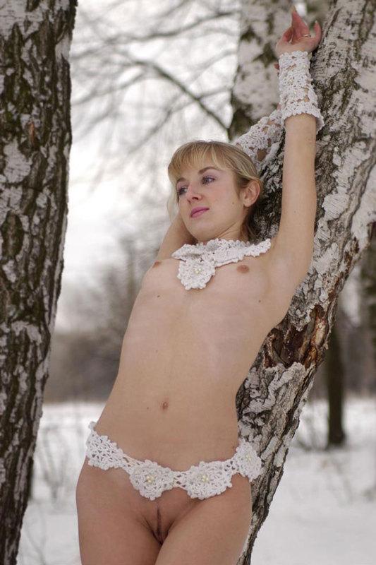 Обладательница длинной косы без бикини шалит на снегу