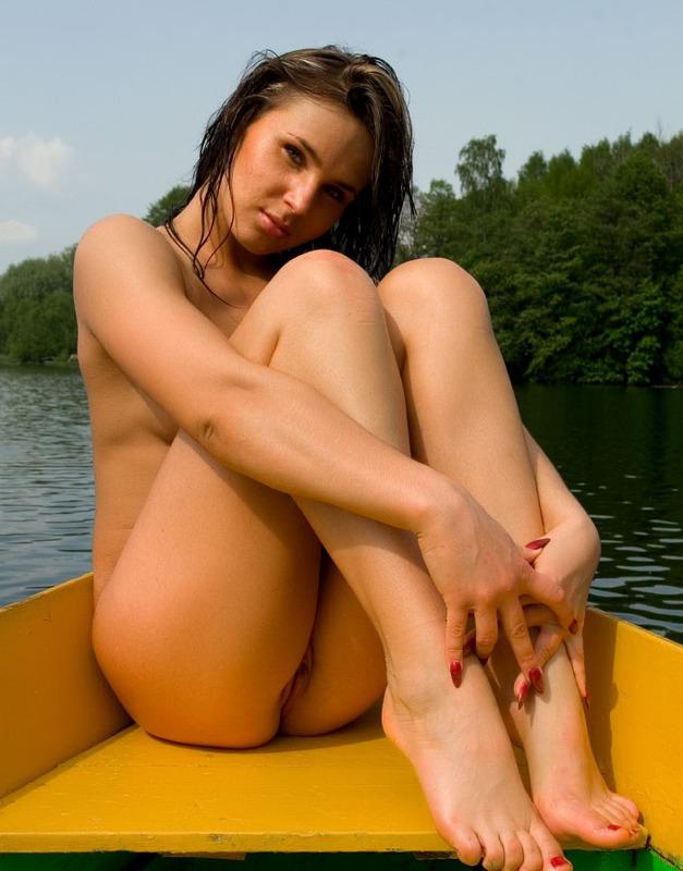 Очаровательная искусница жаждет снять всю одежду в лодке