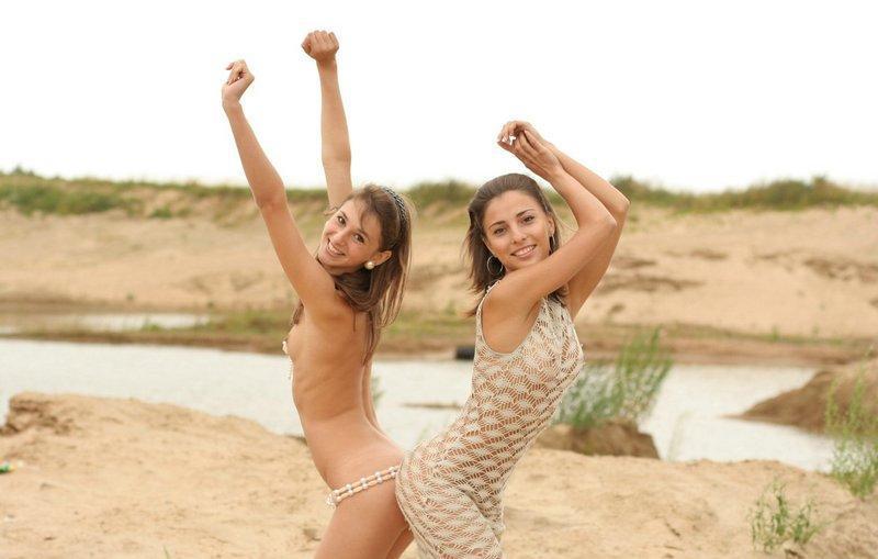 Страстные лесбиянки шалят без белья в песчаном карьере