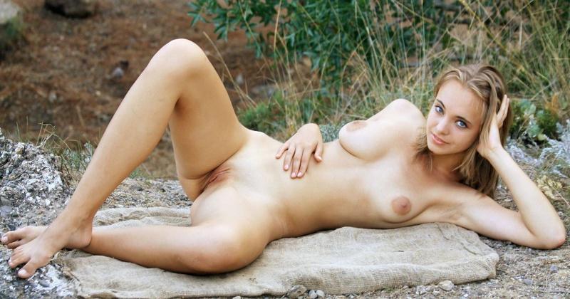 Симпатичная Наташа согласна позировать сняв трусики на природе