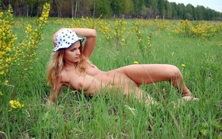 Голая проказница валяется на траве