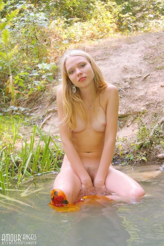 Неугомонная бестия у лесного озера показала писю и молочные железы