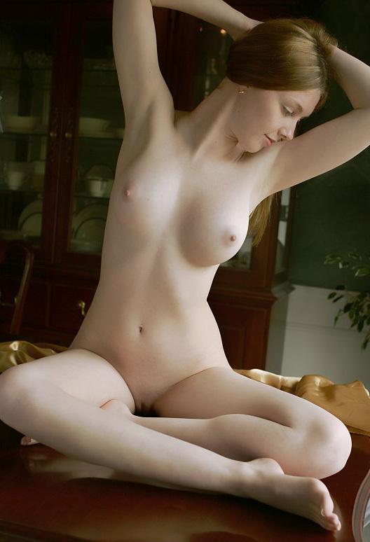Зазноба расположила горячее тело на деревянном столе
