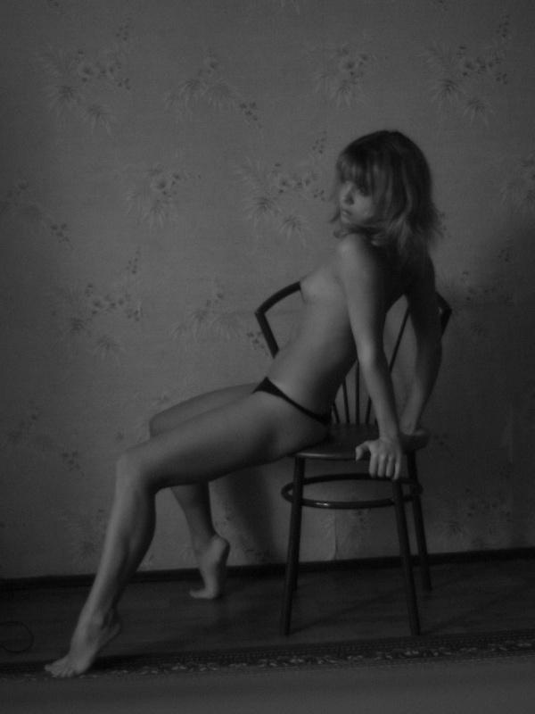 Бикса стягивает нижнее белье сидя на стуле
