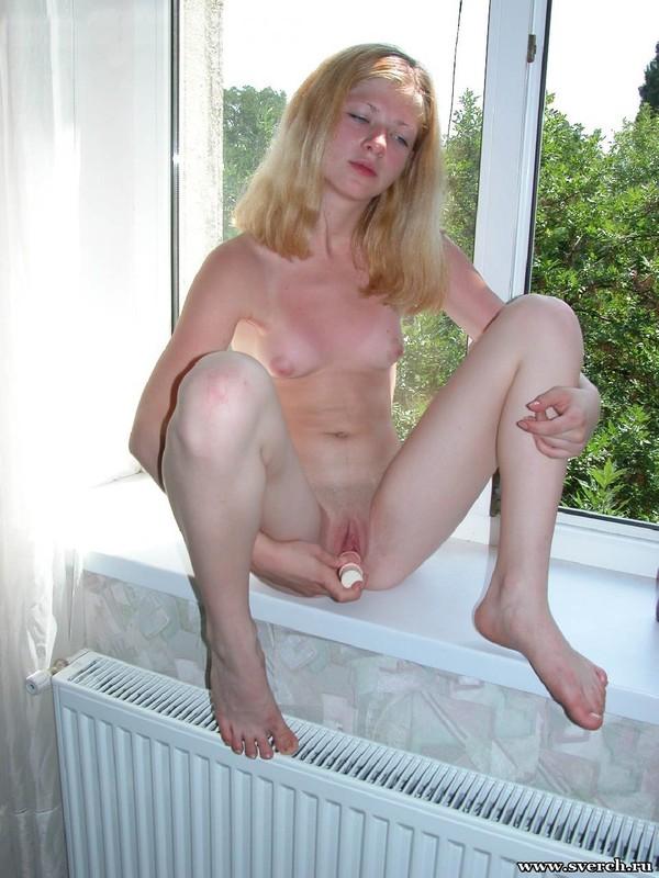 Голубоглазая Алена трахает киску самотыком сидя на подоконнике