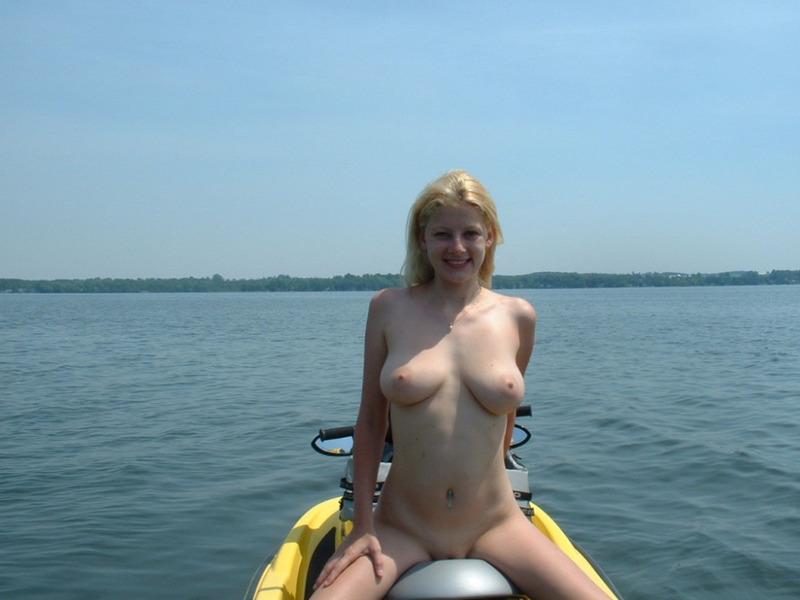 Блондиночка катается на водном мотоцикле без купальника