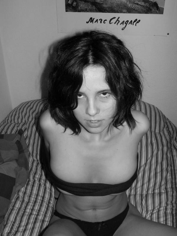 Развратная рокерша оголила в спальне небритую пилотку